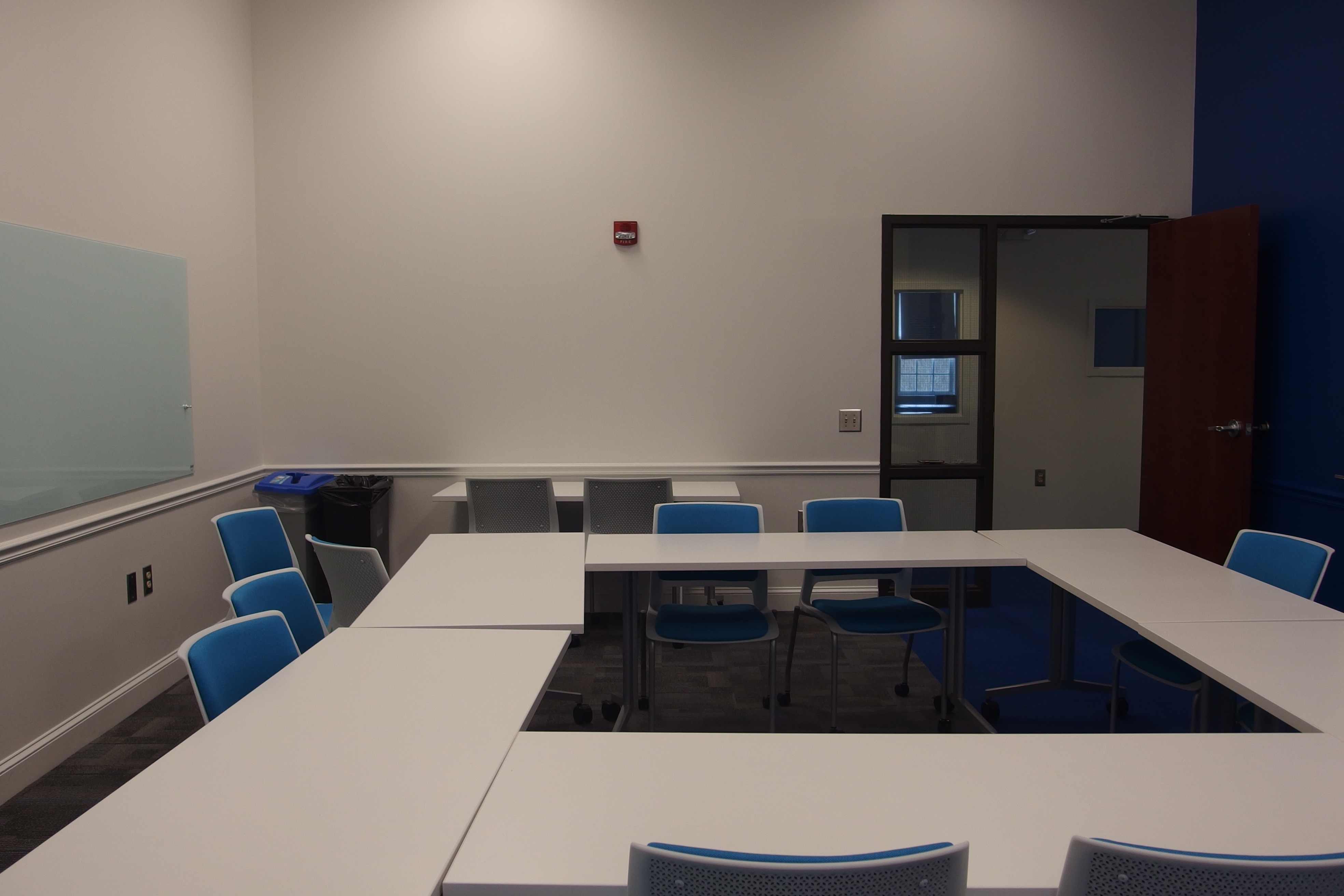 A photo of the room from the side farthest from the door.
